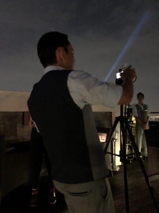 ルーフトップレストラン「Vertigo」のカメラマンウェイター