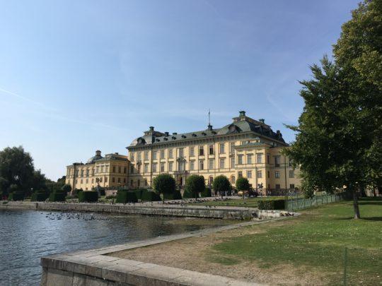 湖畔に建つドロットニングホルム宮殿