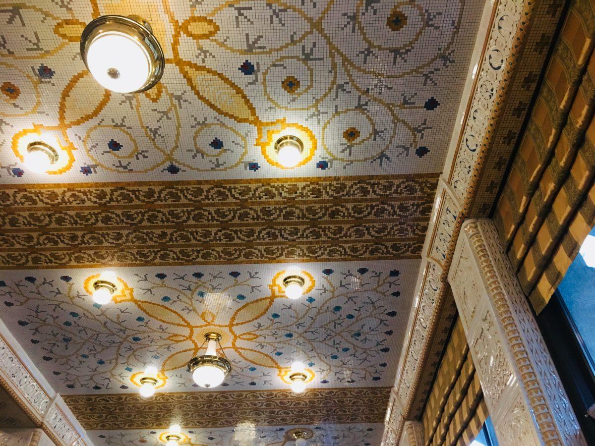 プラハのインペリアルホテルのカフェのおしゃれな天井