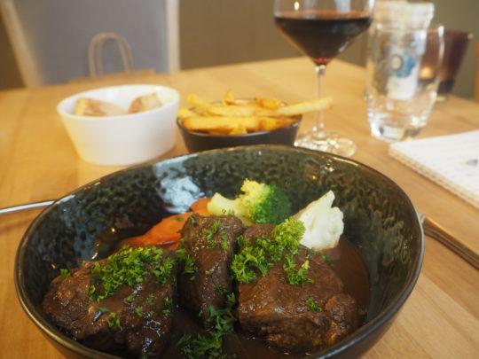"""ブリュッセルでおすすめのレストラン""""L'ATLIER DE WILLY""""の主菜(牛肉のビール煮)"""