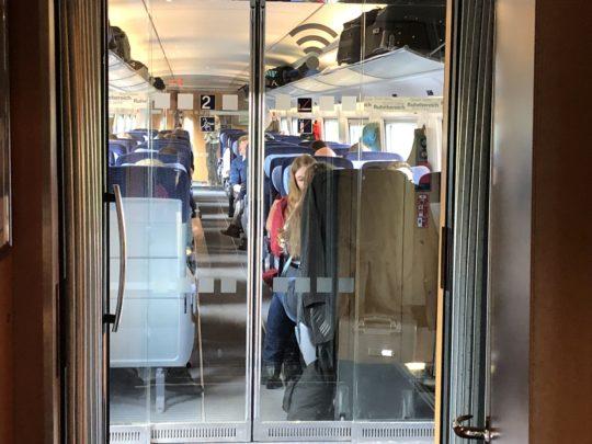 ドイツ鉄道の二等車は2列×2列の座席