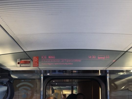 ドイツ鉄道二等車の電光掲示板