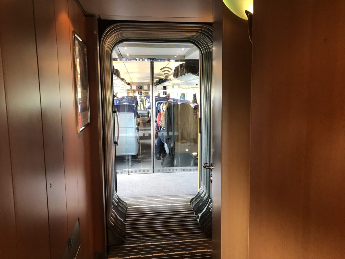 ドイツ鉄道の二等車は廊下も綺麗