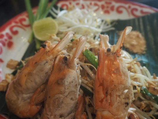 バンコクのレストラン「バーン・パッタイ」の川エビのパッタイ