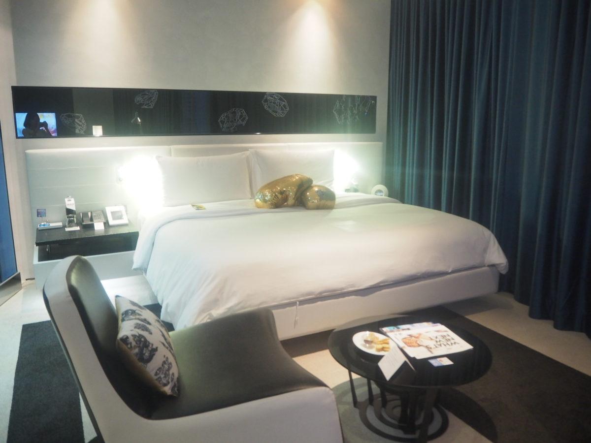 タイのWバンコクホテルのスペクタクルルーム(キングサイズベッド)
