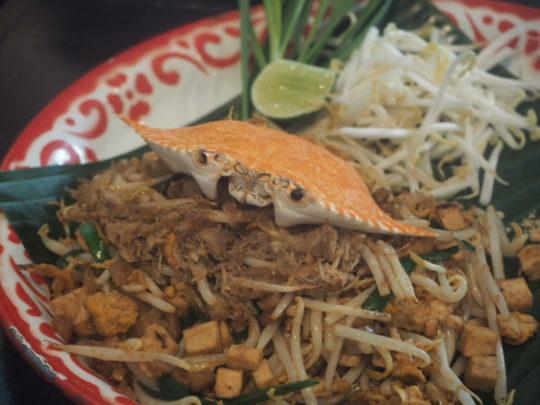 バンコクのレストラン「バーン・パッタイ」のカニの身パッタイ