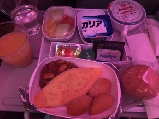エミレーツ航空のオムレツ朝食