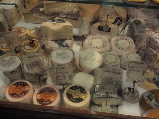 サンミゲル市場のお土産(チーズ)