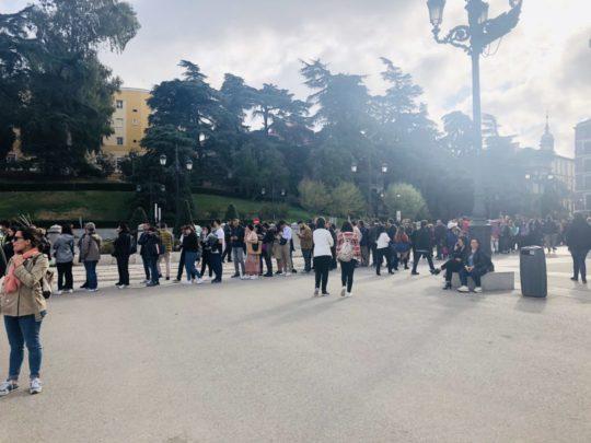 マドリード王宮に並ぶ人々の列