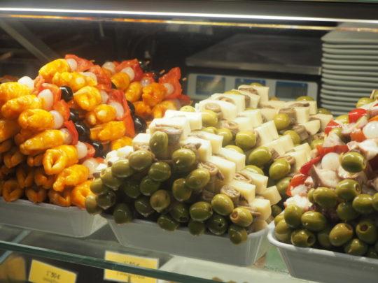 サンミゲル市場のオリーブピンチョス