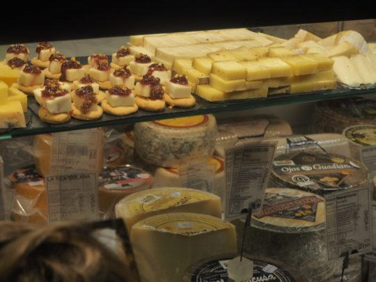 サンミゲル市場のチーズ屋さん