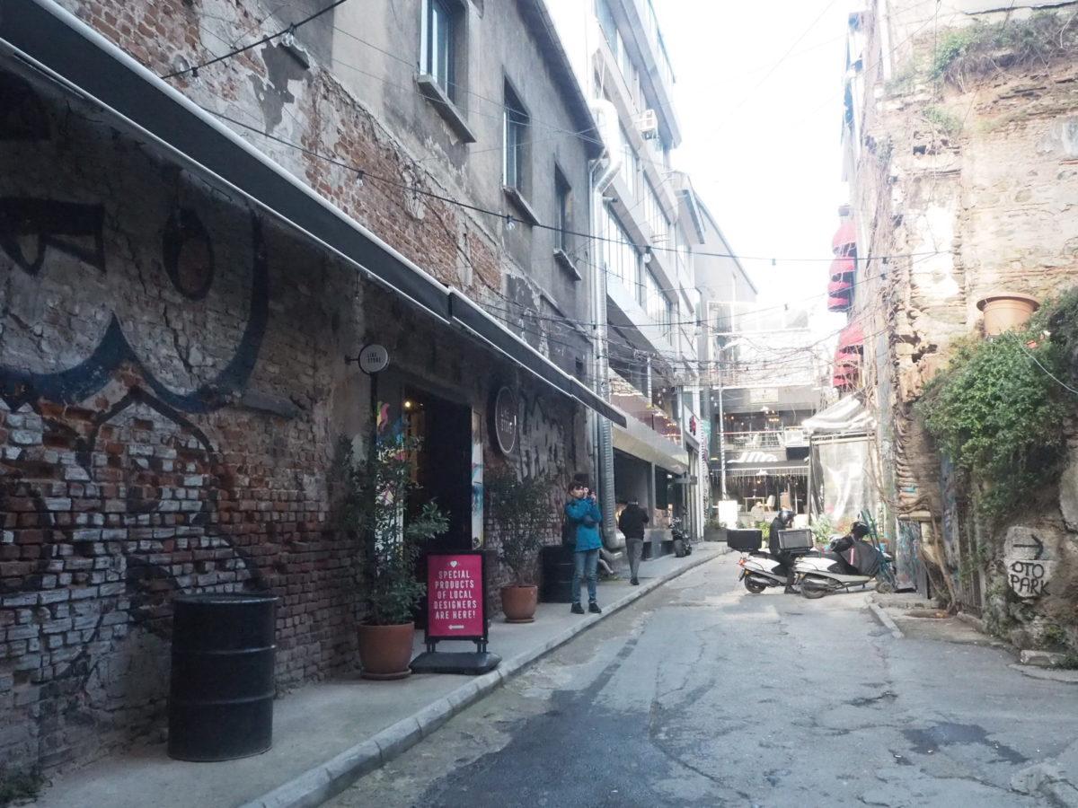 イスタンブール新市街カラキョイの裏路地