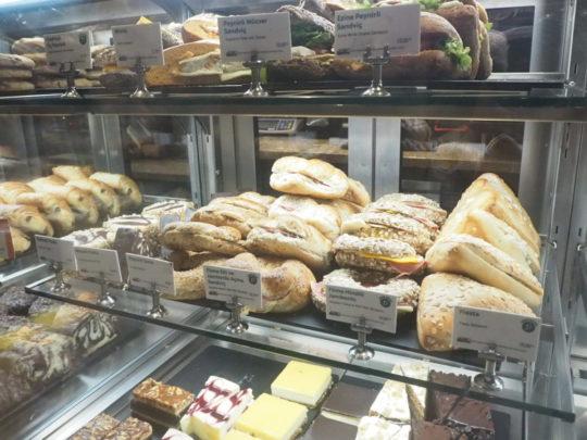 イスタンブールのスタバ サンドイッチとケーキ
