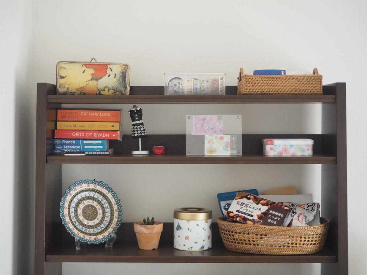 トルコ土産のキュタフヤ陶器のお皿を飾った棚