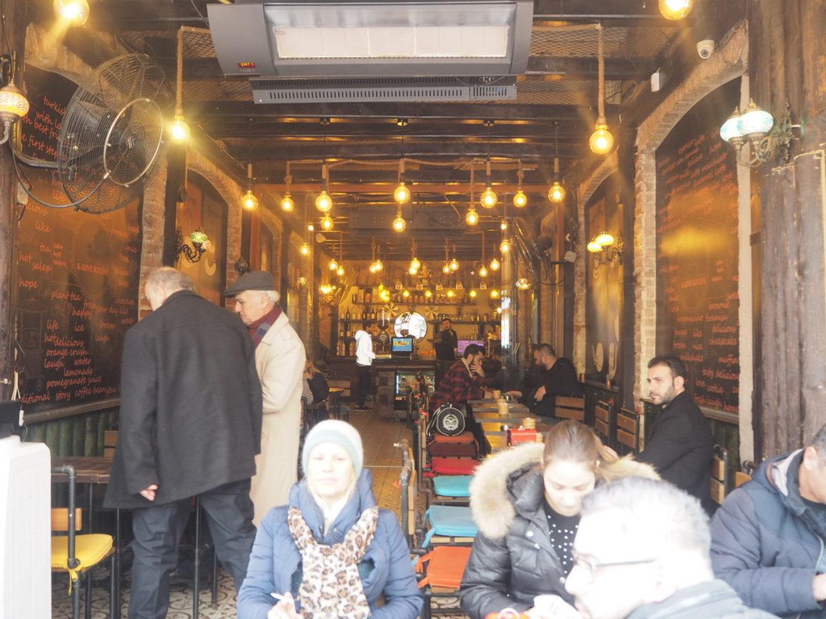 イスタンブールのカフェでティータイム