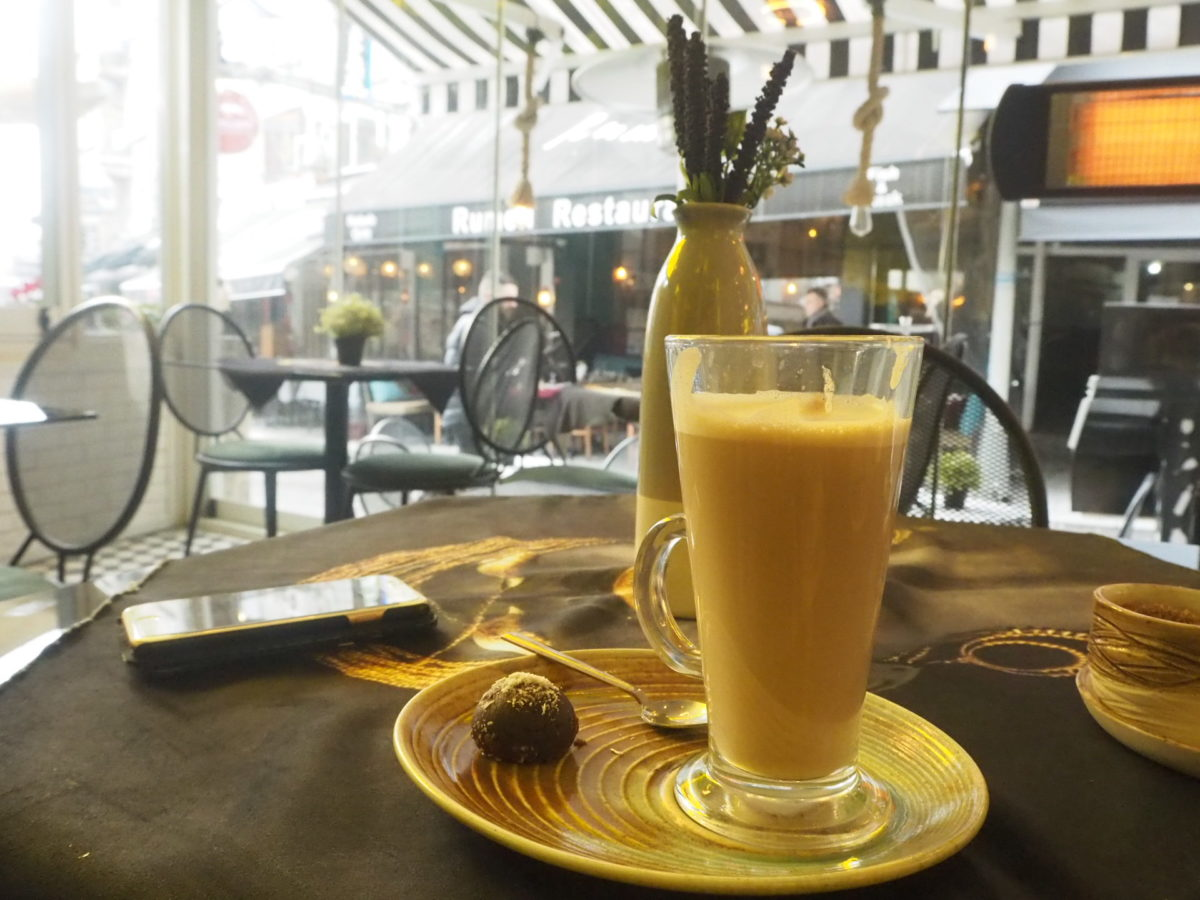 イスタンブールのカフェのカフェラテ