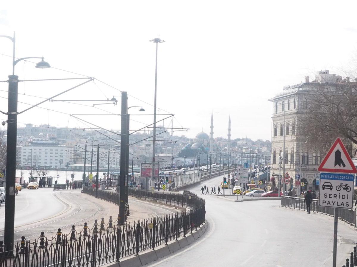 イスタンブール新市街のカラキョイ停留所近く