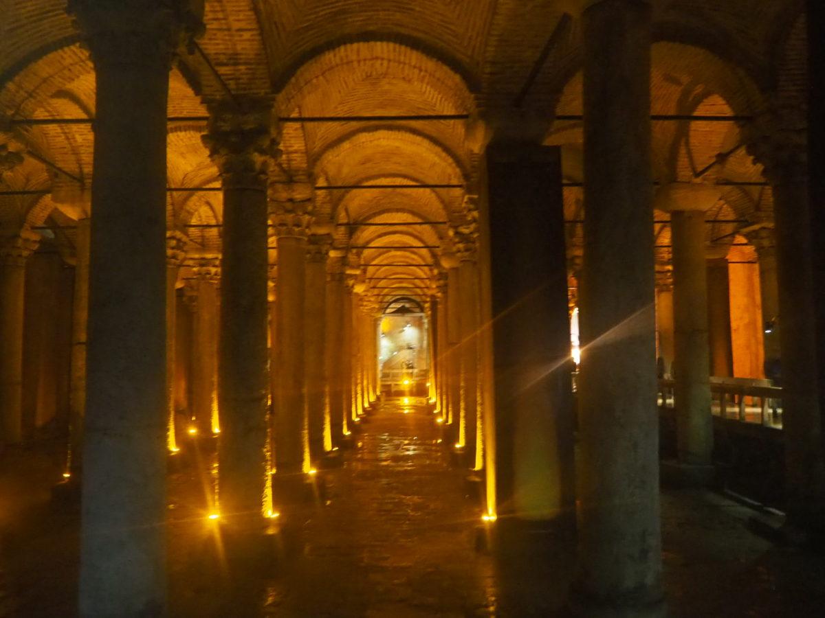 イスタンブール旧市街の観光スポット 地下宮殿