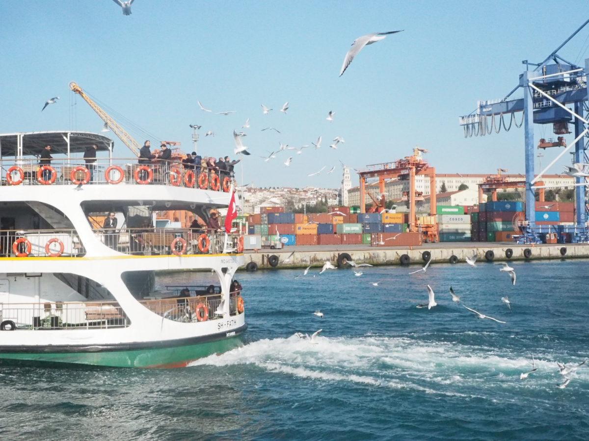 ボスポラス海峡を渡るフェリー