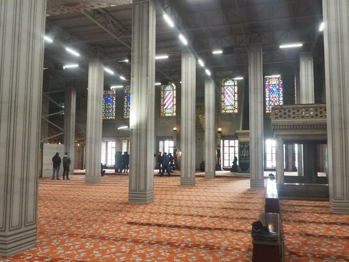 イスタンブール旧市街の観光名所 ブルーモスクの礼拝堂