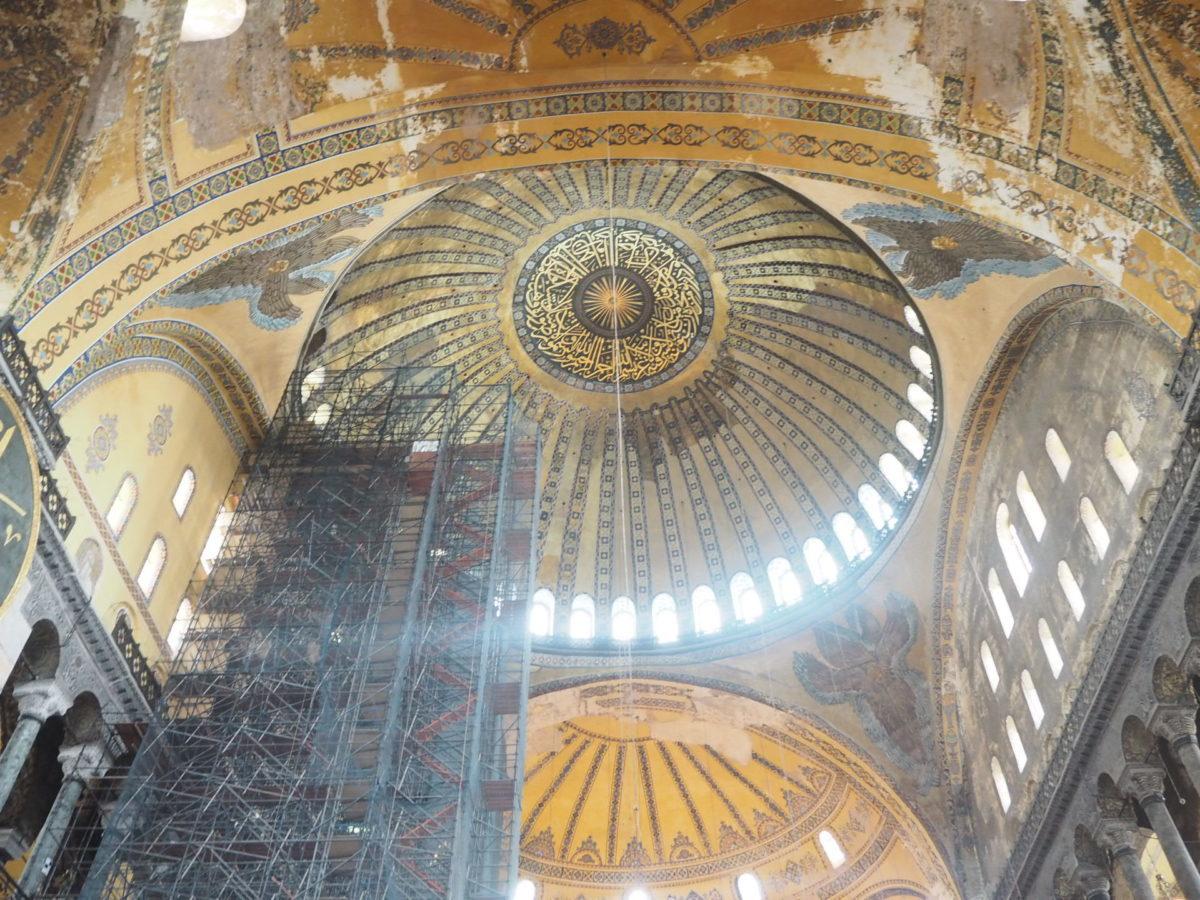 イスタンブール旧市街の観光スポット アヤソフィアの天井