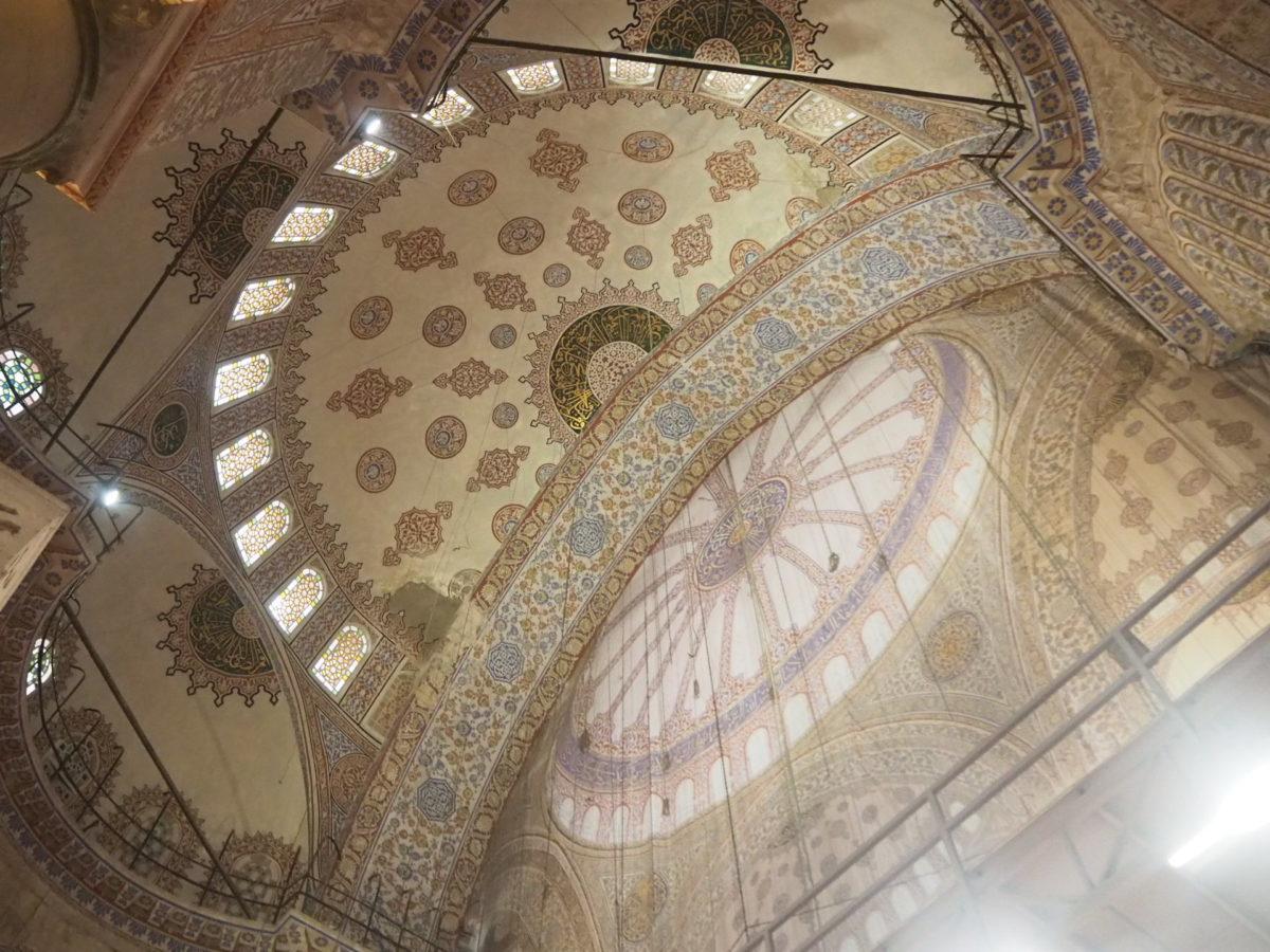 イスタンブール旧市街の観光スポット ブルーモスクの天井壁画