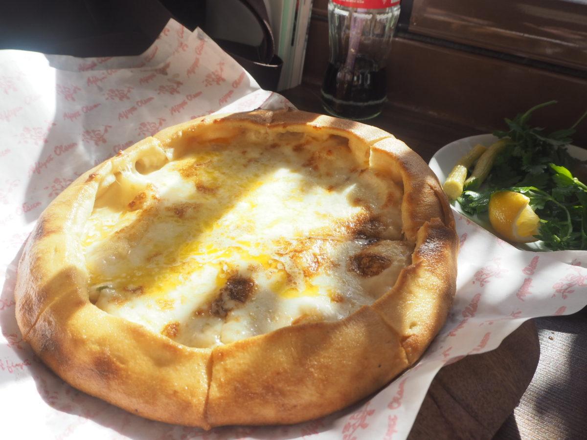 トルコのチーズピザ