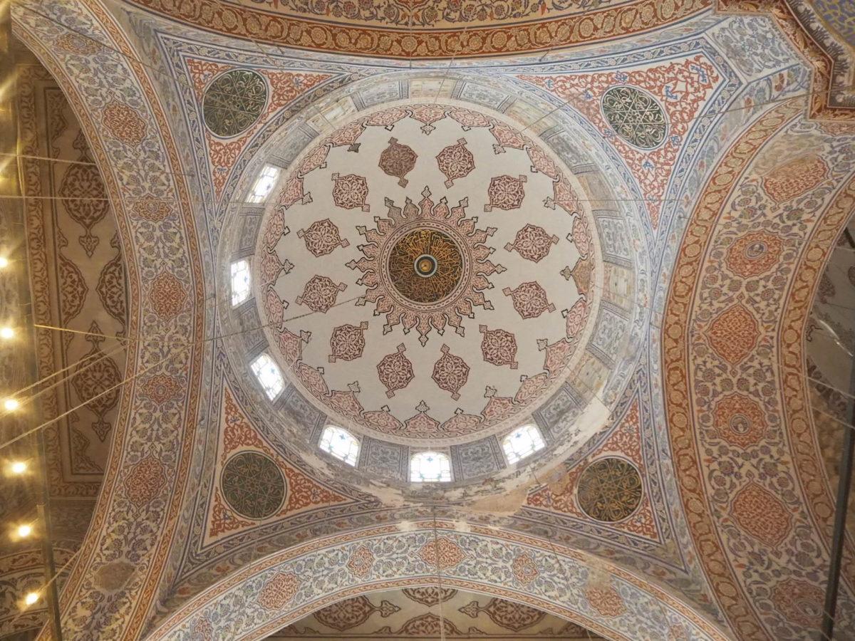 イスタンブール旧市街の観光スポット ブルーモスクの美しい天井