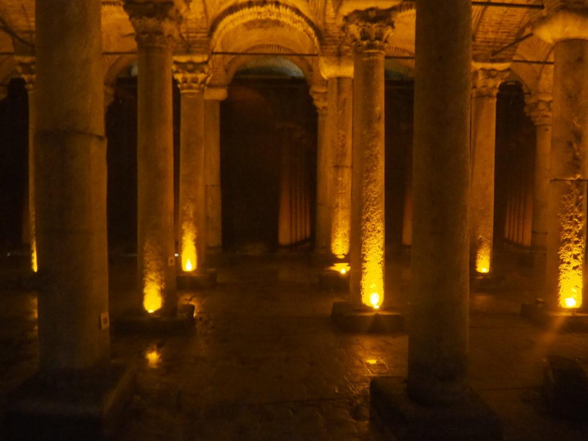 イスタンブール旧市街の観光名所 地下宮殿内部