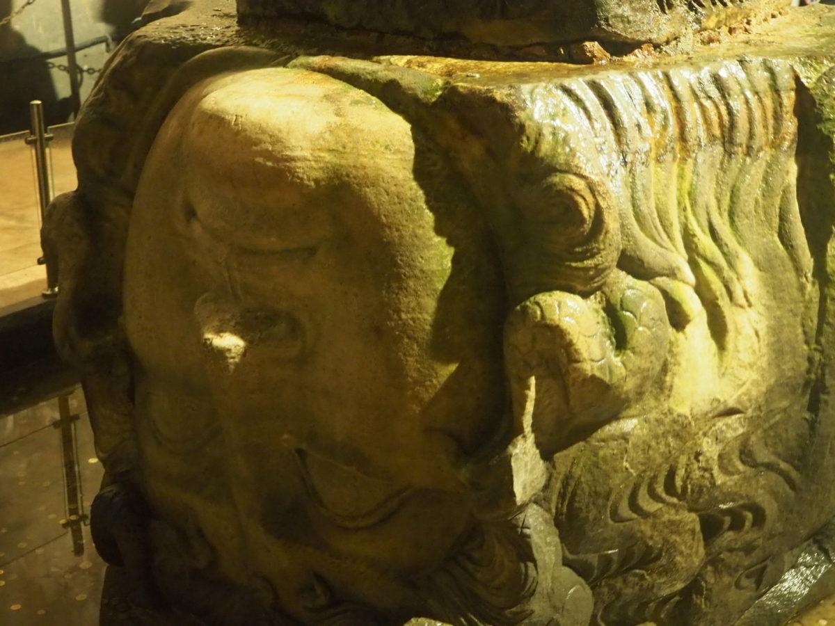 イスタンブール旧市街の観光スポット 地下宮殿の石像