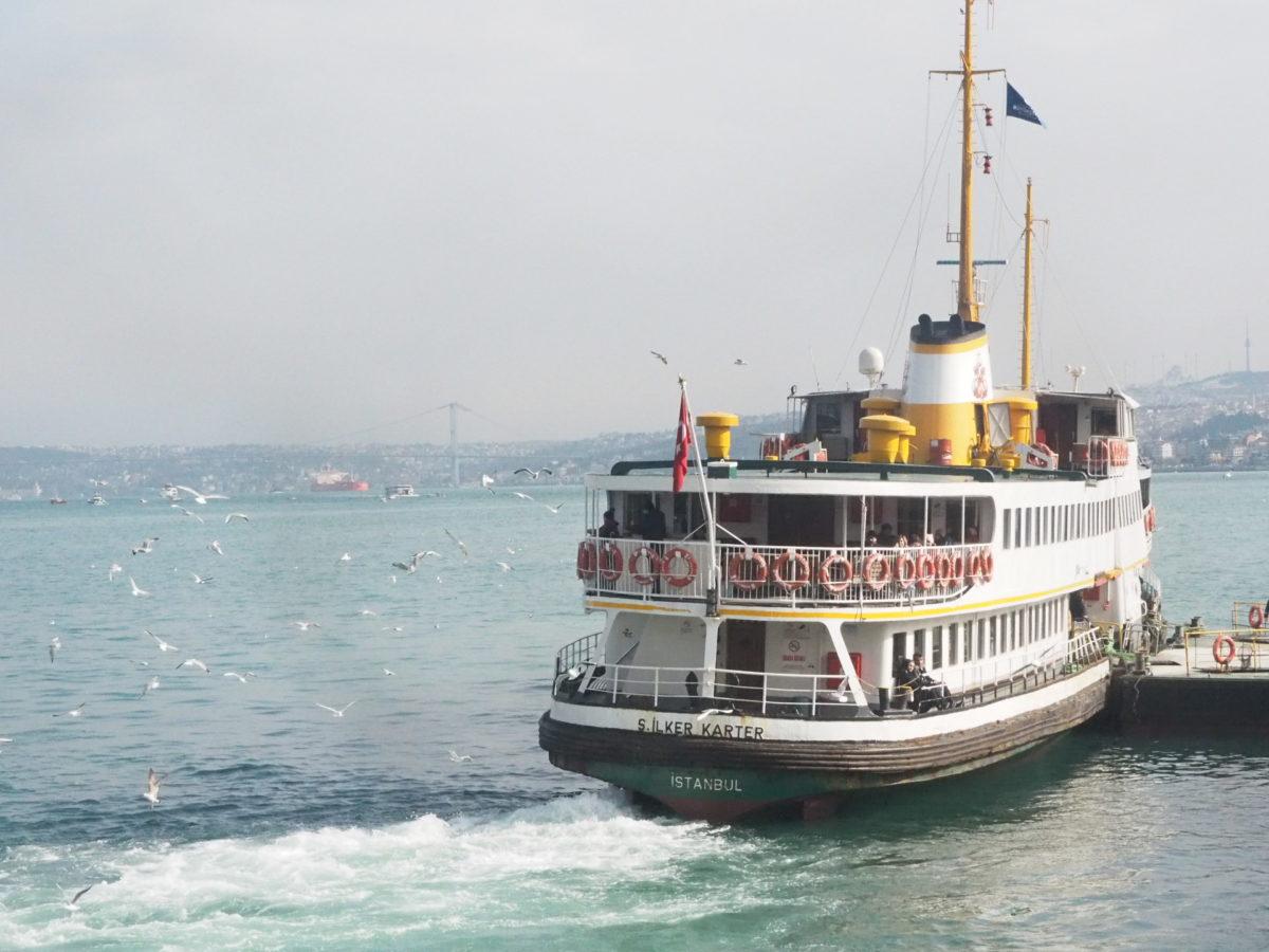 イスタンブールのヨーロッパとアジアを結ぶフェリー