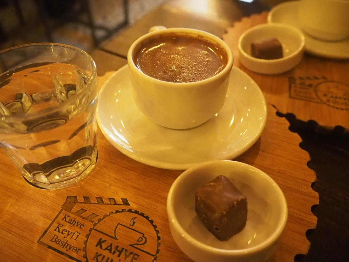 イスタブールのカフェで飲むトルココーヒー