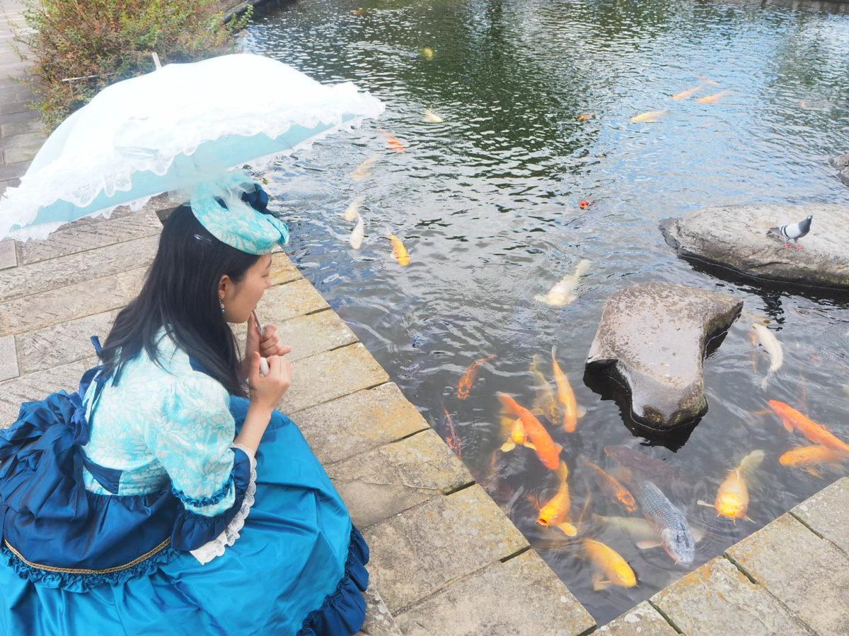 グラバー園のレトロドレスで池を見る