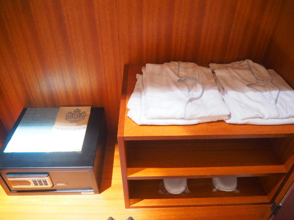 ホテルアムステルダムのスーペリアルームの金庫・スリッパ・バスローブ