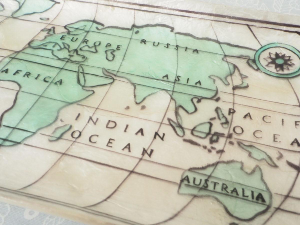 世界地図が描かれたカピスのペン置き